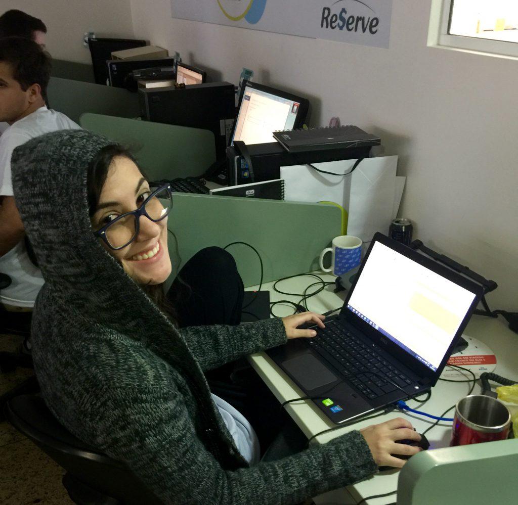 Jovens programadoras também curtem o desafio da maratona de desenvolvimento de software