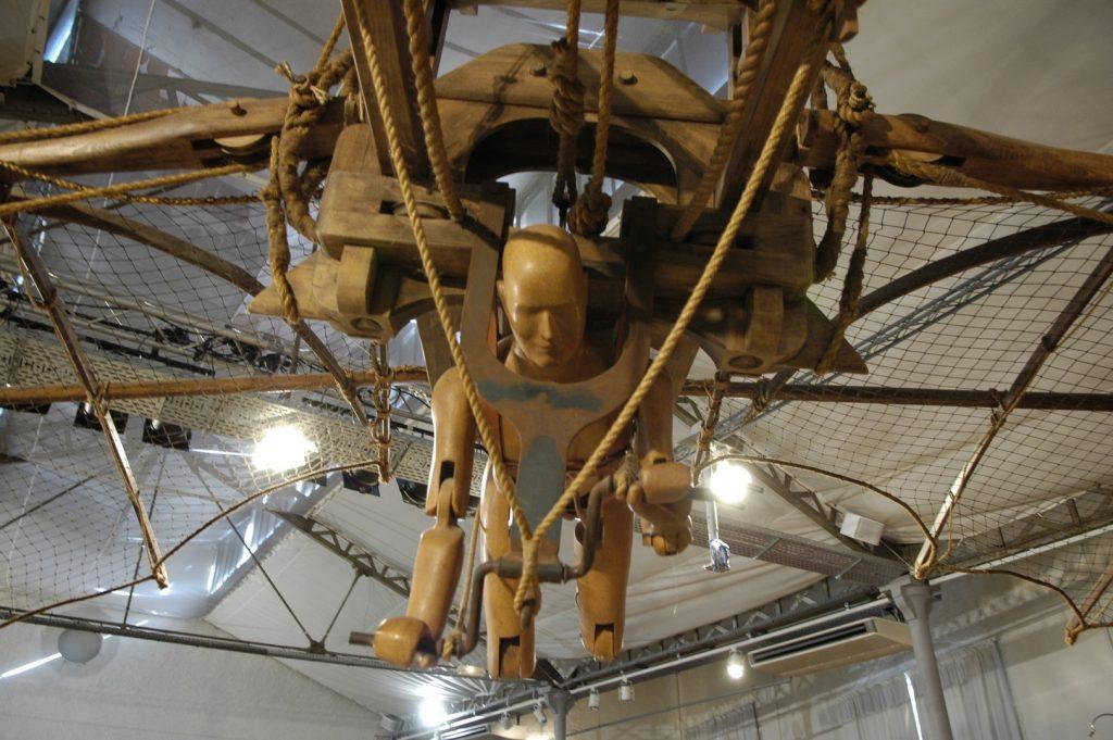 No Clos Lucé, Leonardo da Vinci, o espírito do homem que sonhava em voar, que imaginava o futuro, o pintor, inventor, engenheiro, cientista, filósofo e humanista permanece vivo.