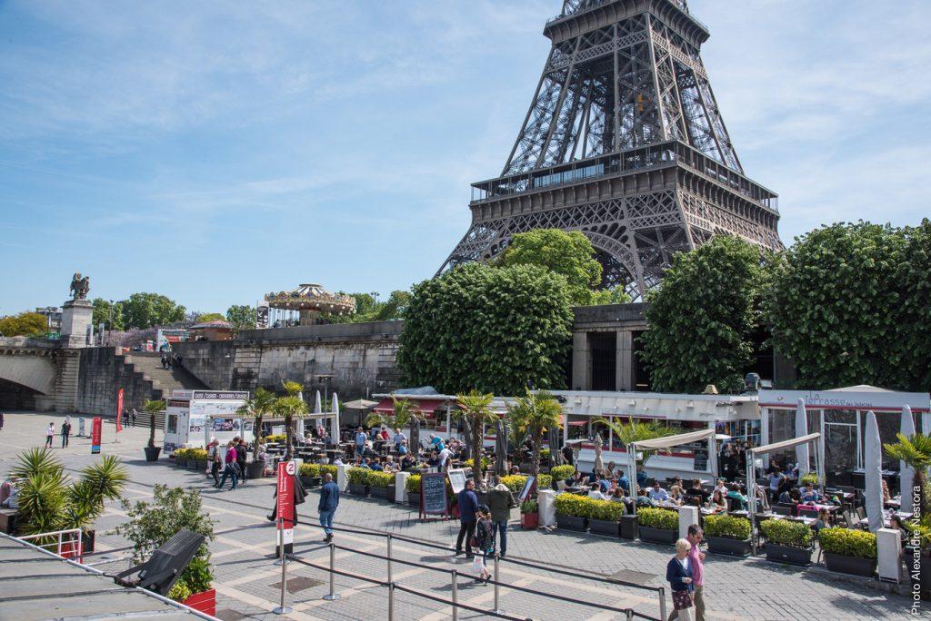 Saindo do pé da Torre Eiffel