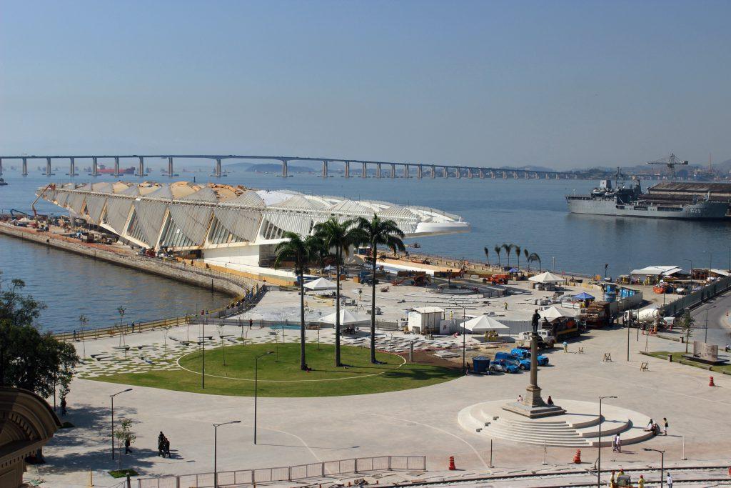 A praça, o museu, a baía e a ponte