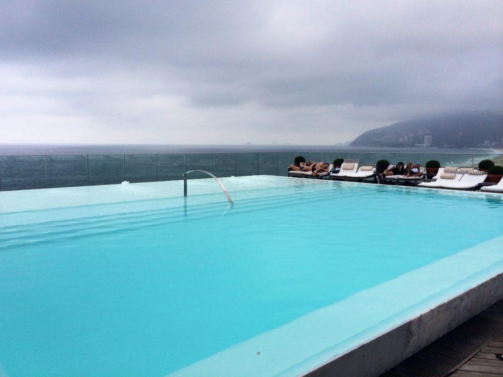 A piscina de borda infinita do Fasano Rio / Foto de Carla Lencastre