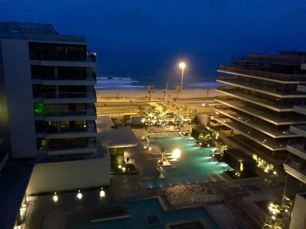 Vista para a praia de uma das suítes no 7º andar / Foto de Carla Lencastre