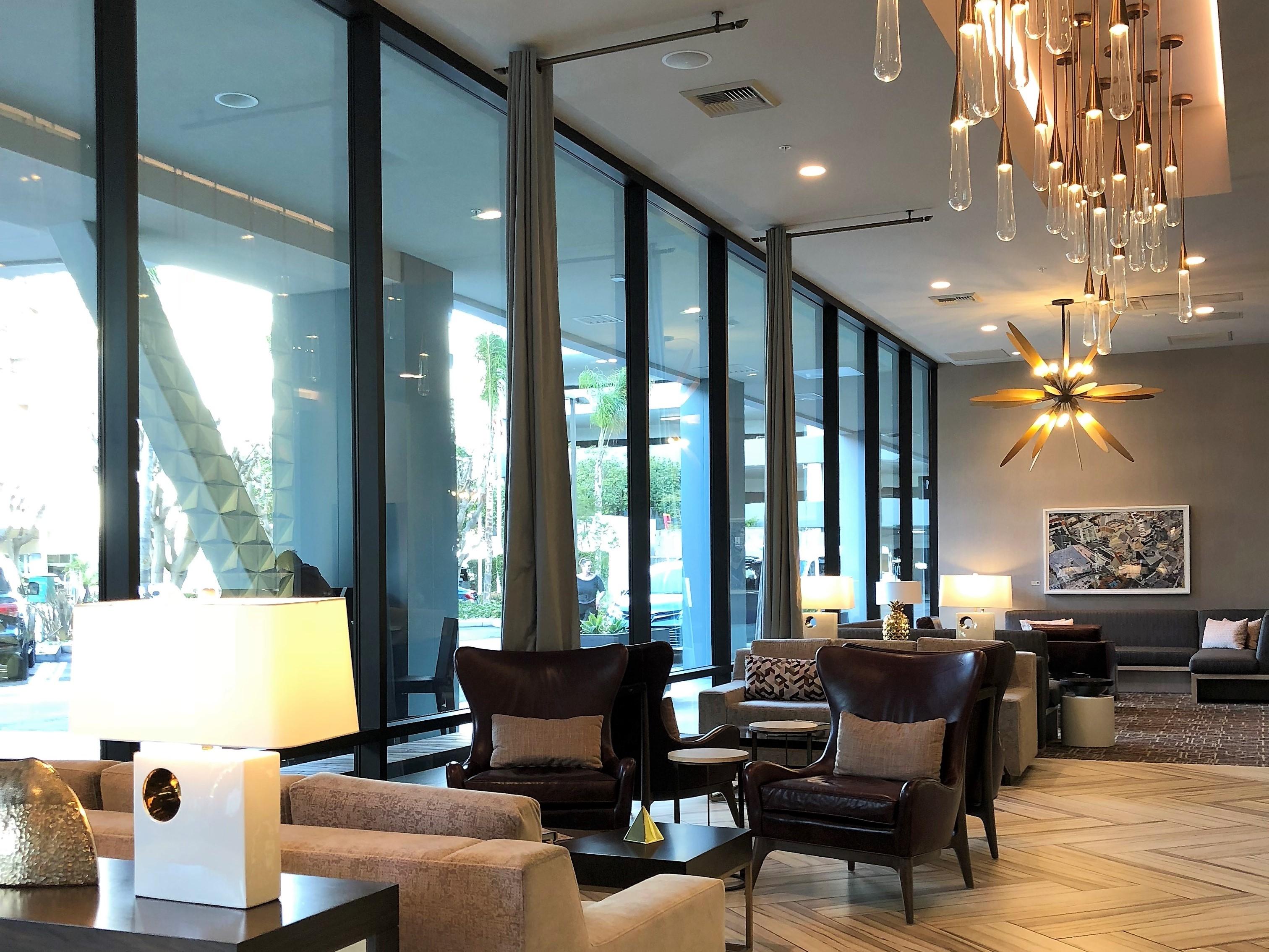 Lobby do H Hotel, próximo ao aeroporto de Los Angeles