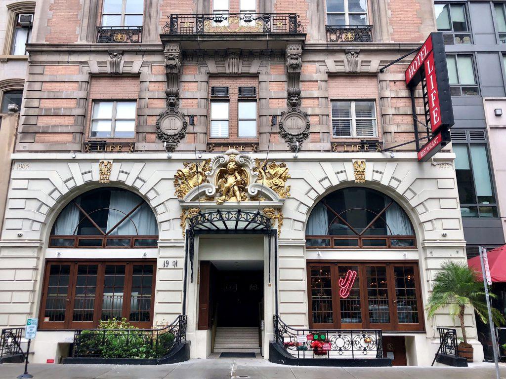 Melhores hotéis 2018: fachada do prédio histórico do Life Hotel em Nova York