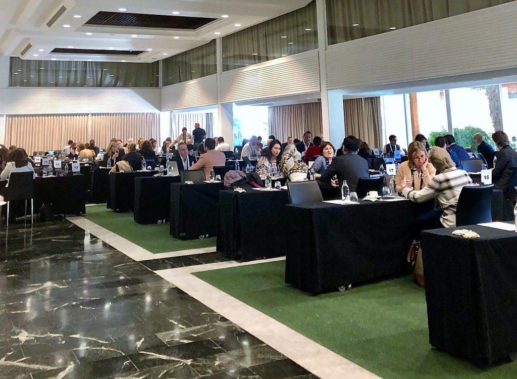 Salão de reuniões entre fornecedores e jornalistas, no hotel Grand Meliá Don Pepe, em Marbella, no Sul da Espanha